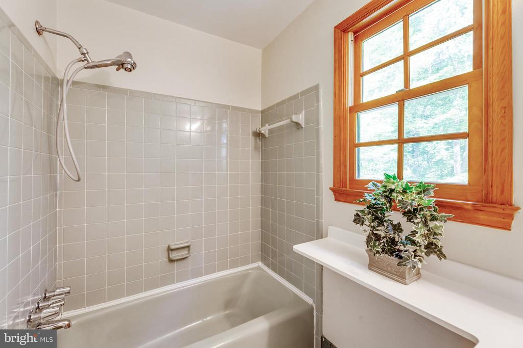 Full primary bath - 3208 SHOREVIEW RD, TRIANGLE