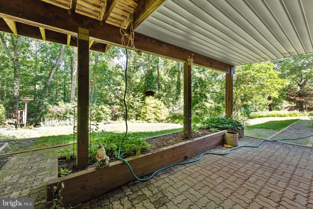 Lower level patio with raised planters - 3208 SHOREVIEW RD, TRIANGLE
