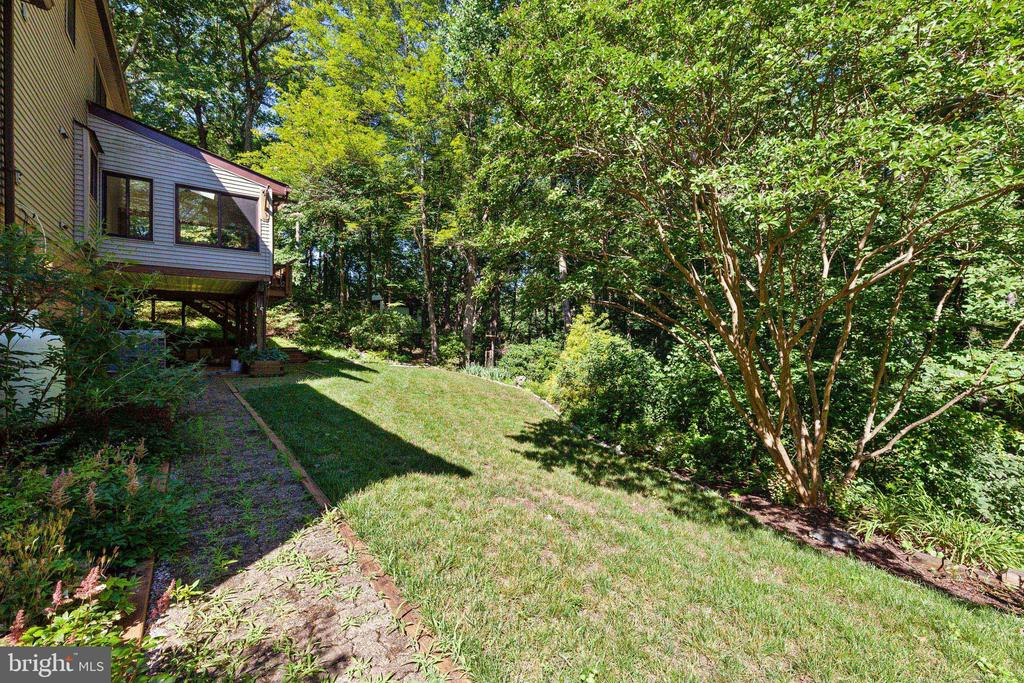 Walkway all the way around the home to the garage - 3208 SHOREVIEW RD, TRIANGLE