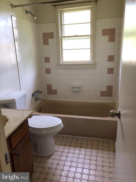 Upper level full bath - 13221 HAWTHORN LN, WOODBRIDGE