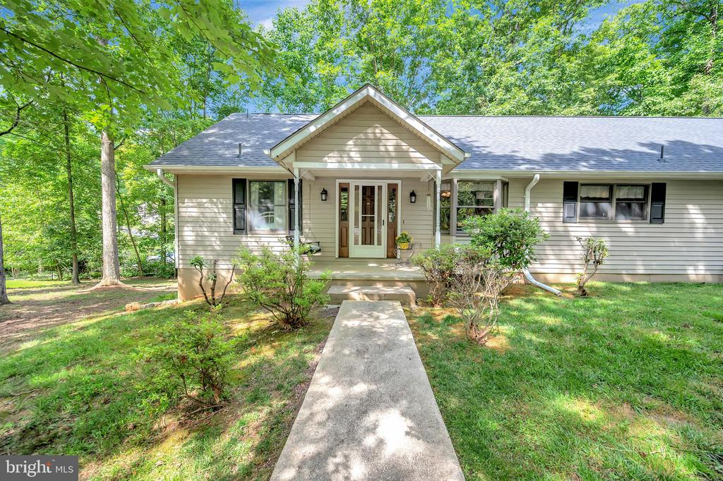 Welcome Home- to 5 bedrooms, 2 kitchens - 201 HAPPY CREEK RD, LOCUST GROVE
