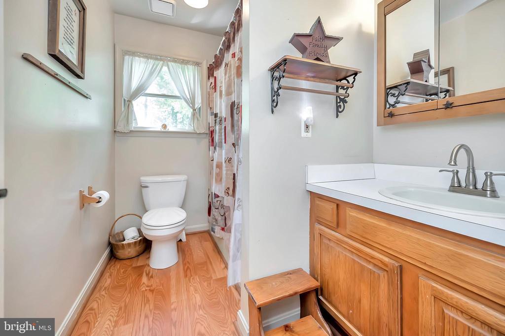 hall bath between 2 upper bedrooms - 201 HAPPY CREEK RD, LOCUST GROVE