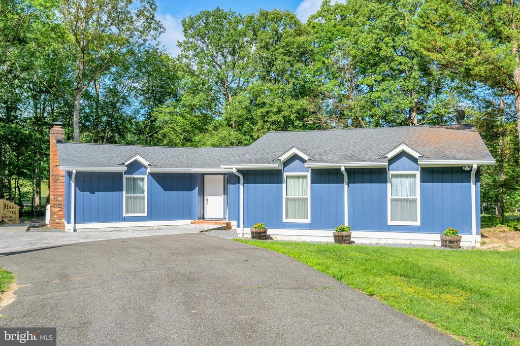 Freshly Painted Contemporary - 141 EAGLE CT, LOCUST GROVE
