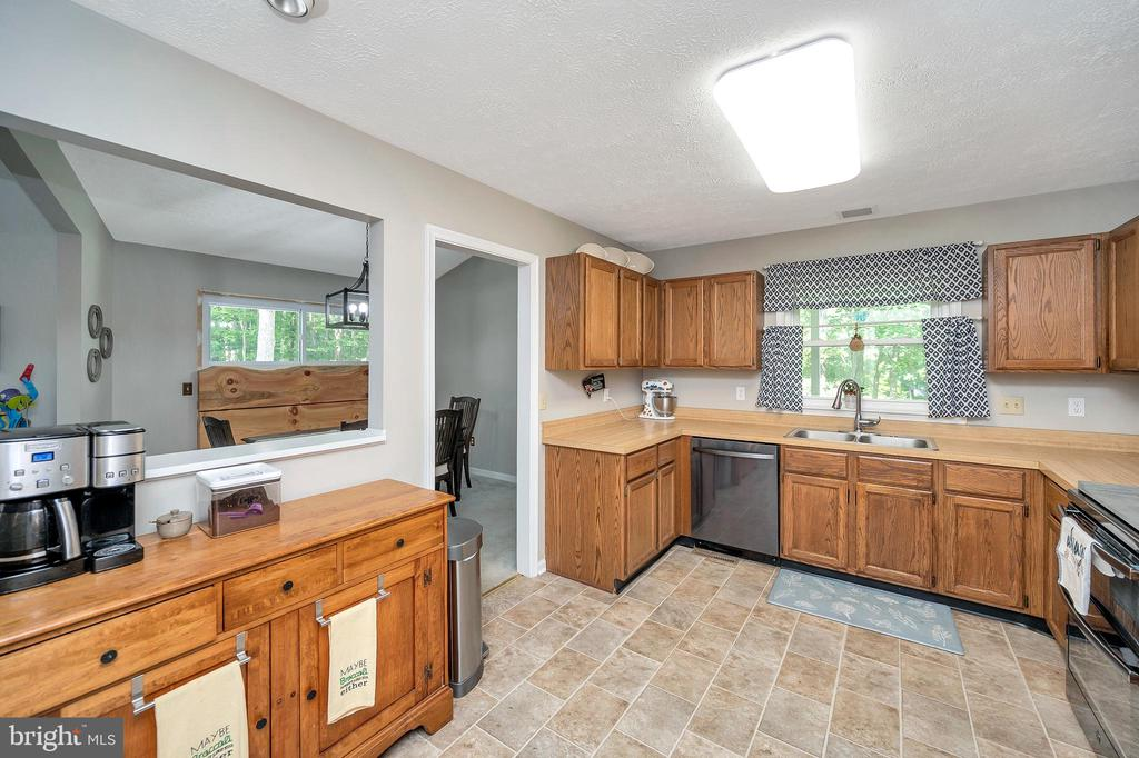 Passthru  Counter-Ample cabinetry & counterspace - 141 EAGLE CT, LOCUST GROVE