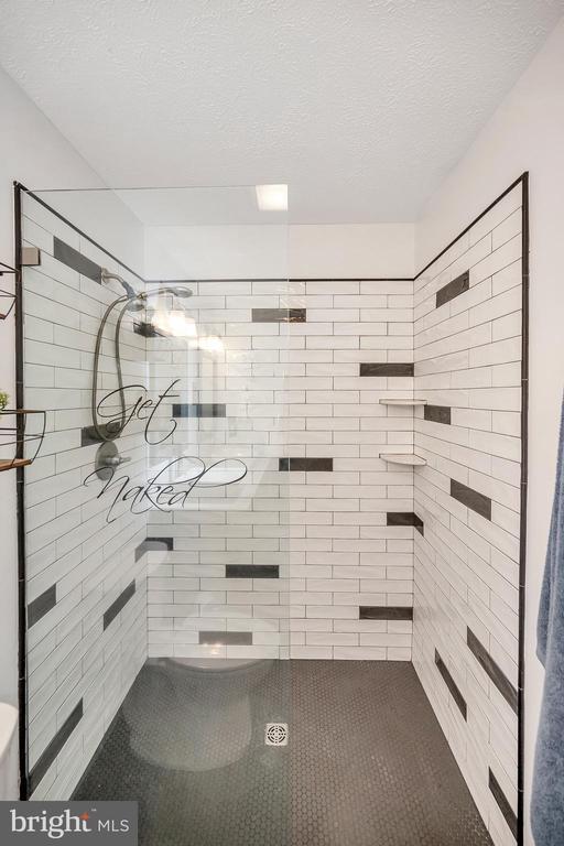 Walk in shower - 141 EAGLE CT, LOCUST GROVE