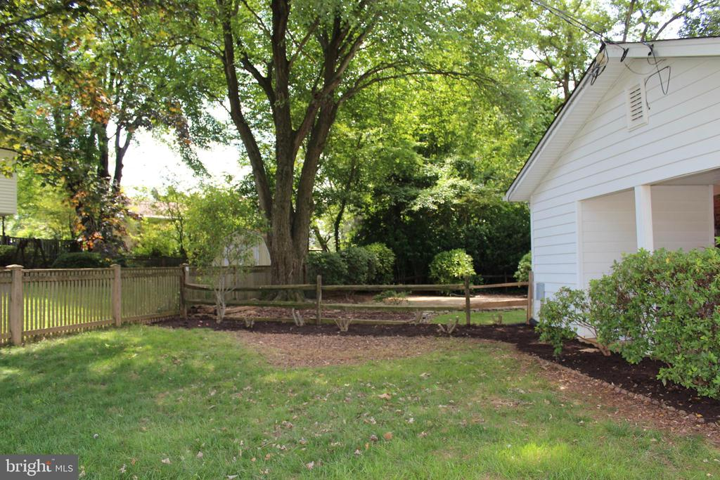 Side yard - 8503 QUEEN ELIZABETH BLVD, ANNANDALE