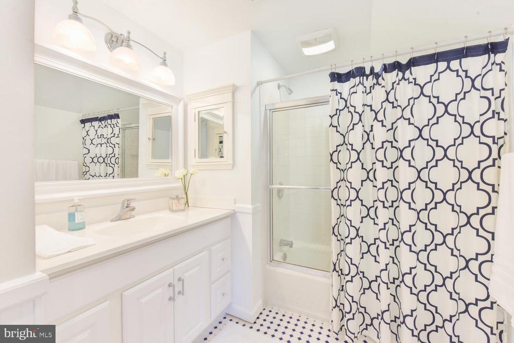 Renovated hall bathroom - 3302 ELMORE DR, ALEXANDRIA