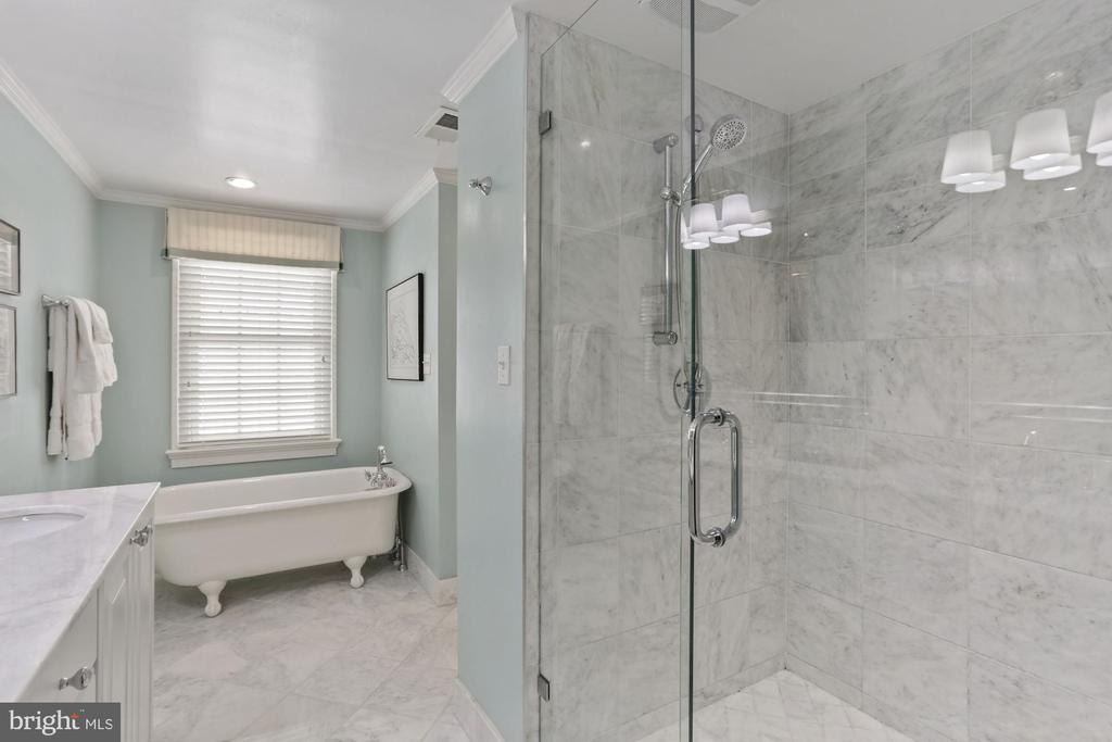 Clawfoot tub & glass shower - 121 6TH ST NE, WASHINGTON