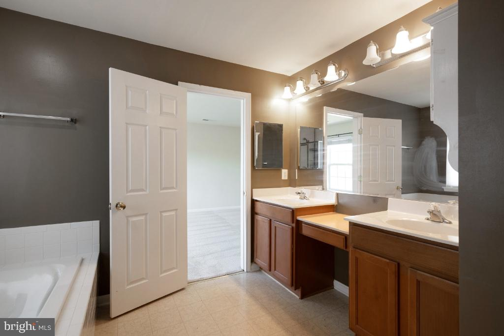 MASTER BATH WITH SEPARATE SHOWER AND DOUBLE VANITY - 402 CRAIG DR, STEPHENS CITY