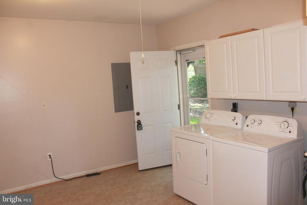 Laundry room walks out to backyard - 8503 QUEEN ELIZABETH BLVD, ANNANDALE