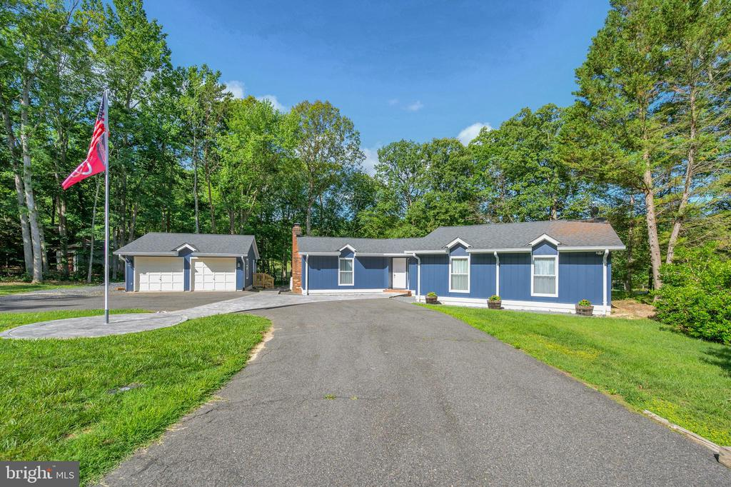 More than ample parking plus circle drive - 141 EAGLE CT, LOCUST GROVE