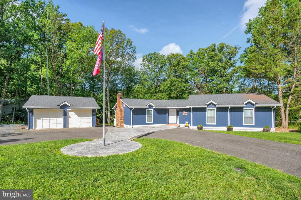Set back off the street with circle drive & scapin - 141 EAGLE CT, LOCUST GROVE