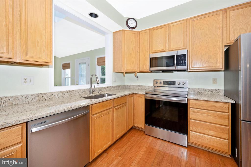 Plenty of counter space and cabinets - 6904 BARON CT, FREDERICK