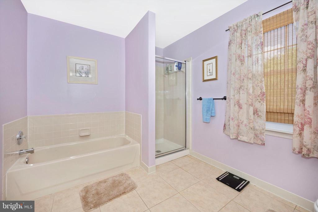 Bath and Shower Combo - 6904 BARON CT, FREDERICK