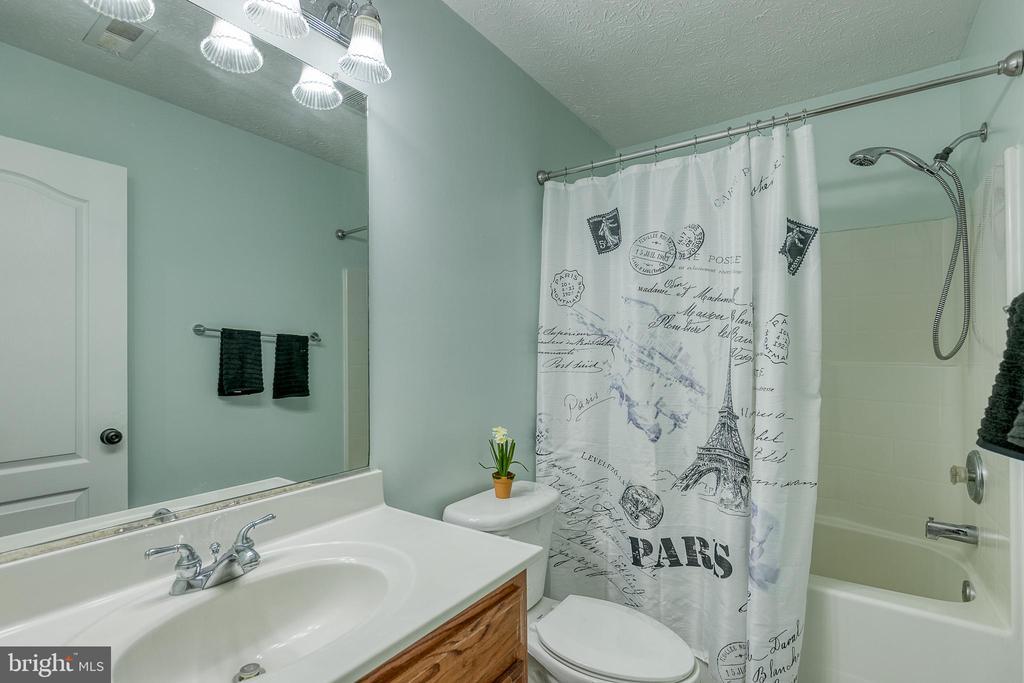 Hall Bath - 8163 REAGAN DR, KING GEORGE