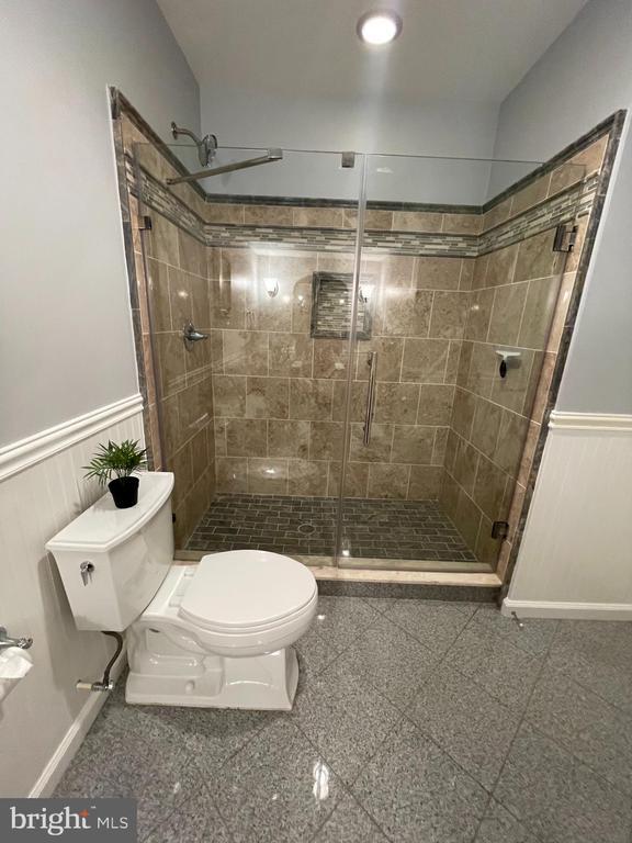 Lower lvl full bath with standup shower - 14868 CIDER MILL RD, HILLSBORO