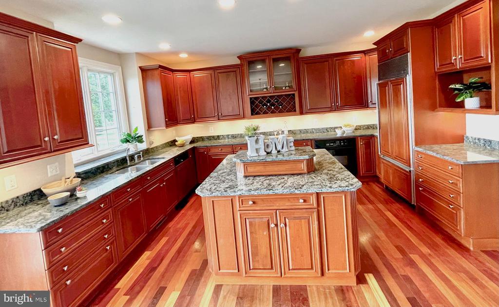 Large kitchen w plenty of cabinets & large pantry - 14868 CIDER MILL RD, HILLSBORO