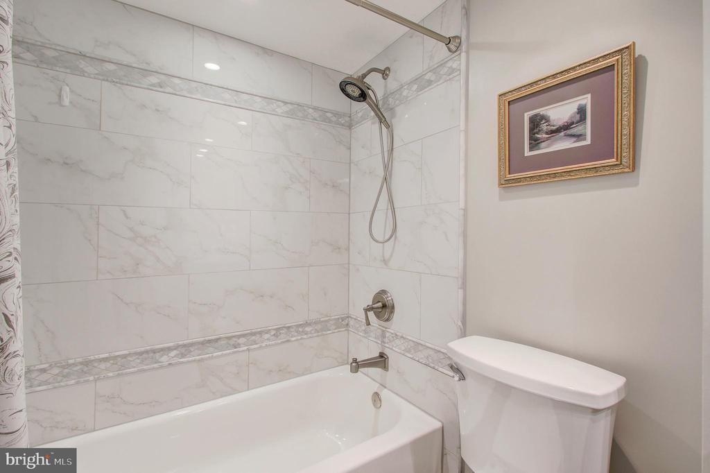 Full Bath #2 - Heavy-Duty Bathtub/Shower! - 5904 MOUNT EAGLE DR #504, ALEXANDRIA