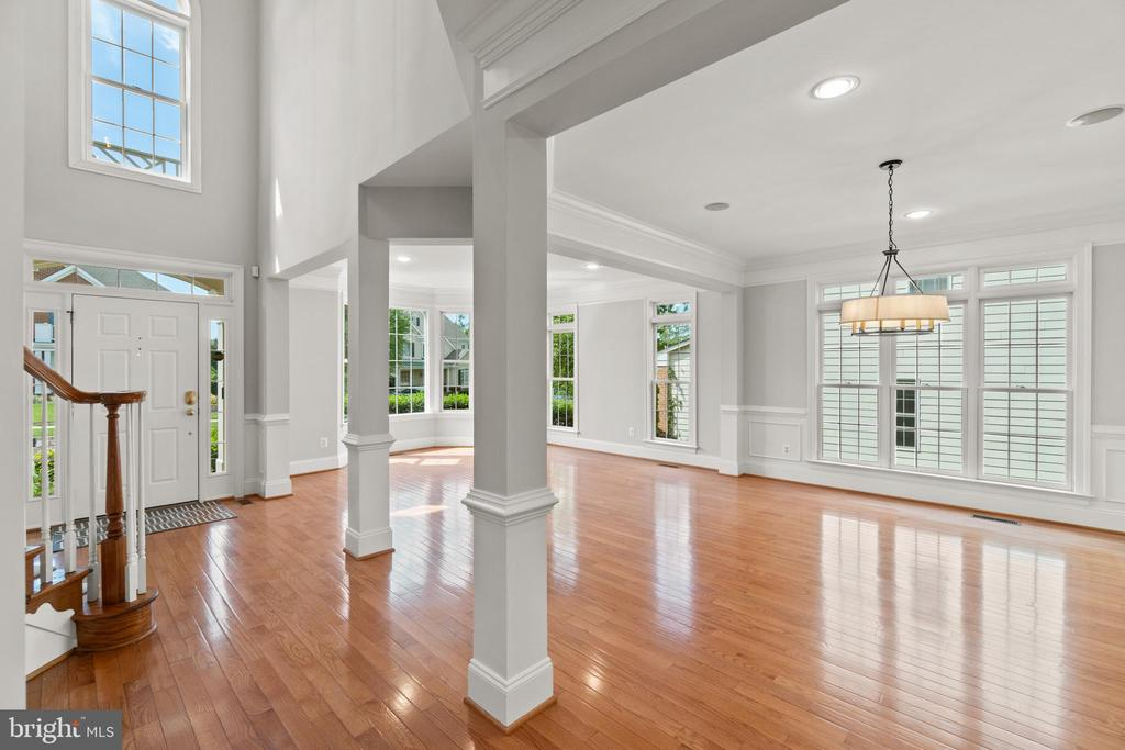 Enormous living and dining rooms w/hardwoods - 43409 RIVERPOINT DR, LEESBURG