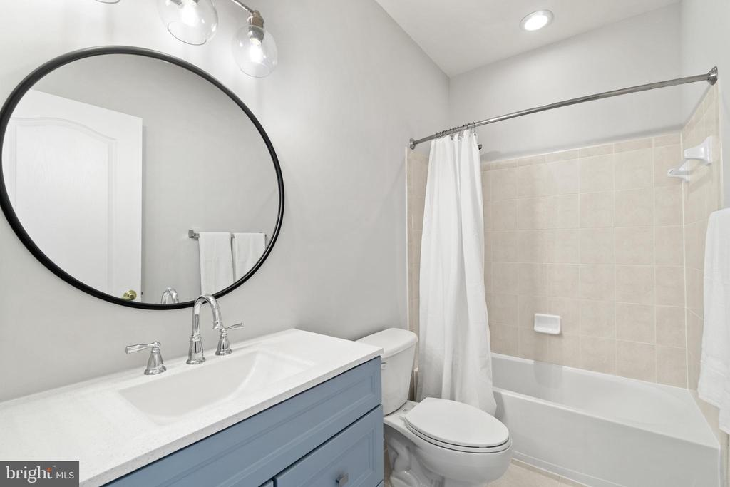 Newly refreshed hall bath! - 43409 RIVERPOINT DR, LEESBURG