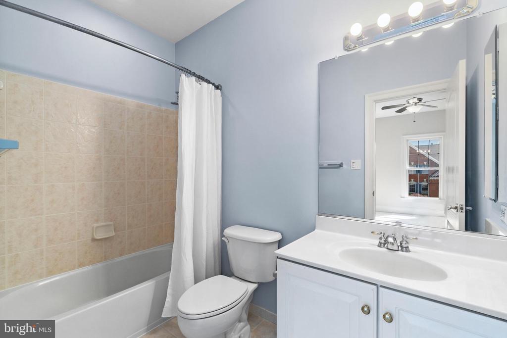Secondary bedroom suite w/en-suite bath - 43409 RIVERPOINT DR, LEESBURG
