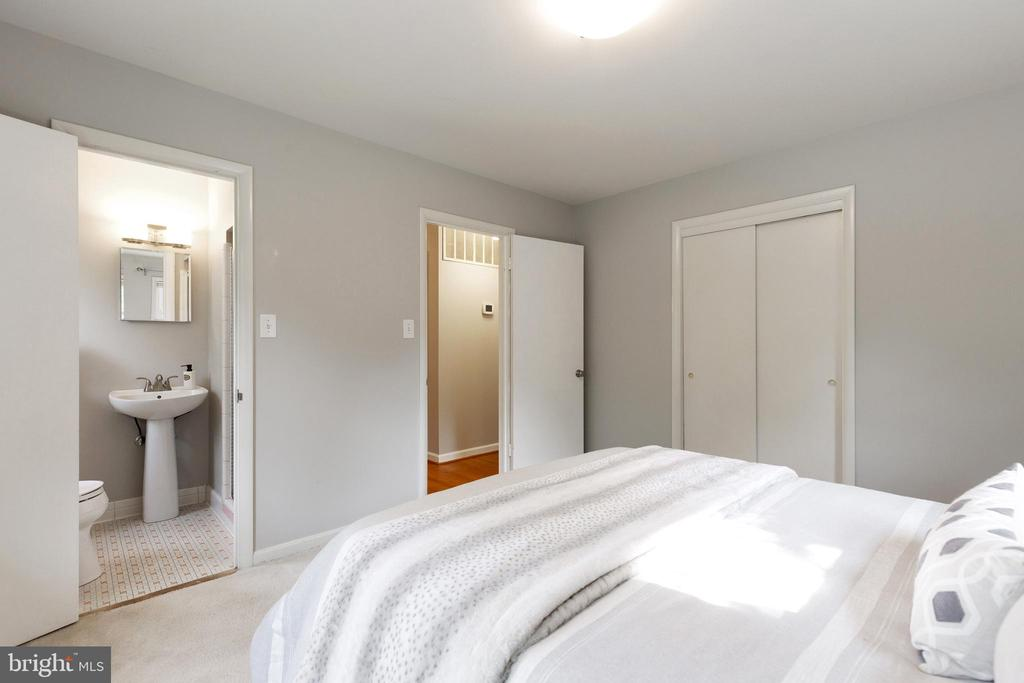 Ensuite primary bedroom - 7324 PINECASTLE RD, FALLS CHURCH