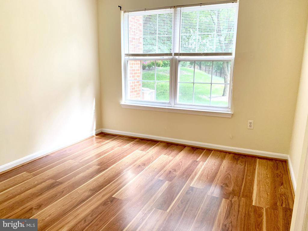 Spacious and bright bedroom 1 with large closet - 501 CONSTELLATION SQ SE #C, LEESBURG