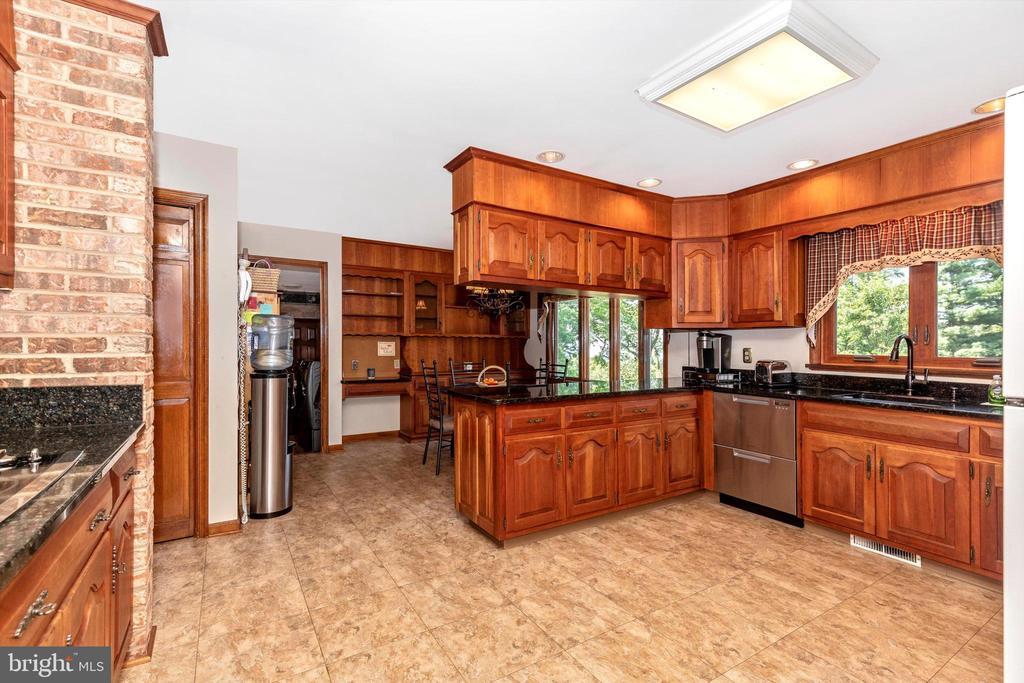 Kitchen/Breakfast Area - 7402 ROUND HILL RD, FREDERICK
