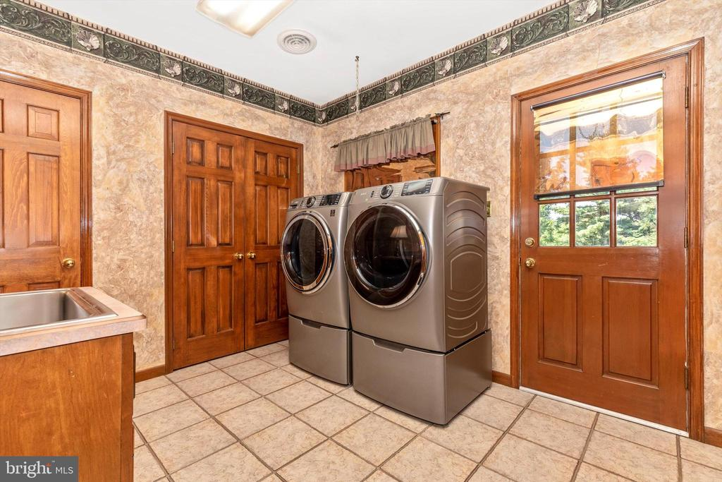 Main Level Laundry - 7402 ROUND HILL RD, FREDERICK
