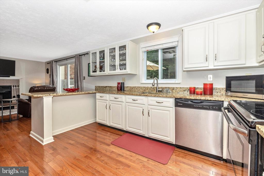 Kitchen w/SS, Granite, Updated Cabs & Wood Floors - 18312 AMBER MEADOWS CT, GAITHERSBURG