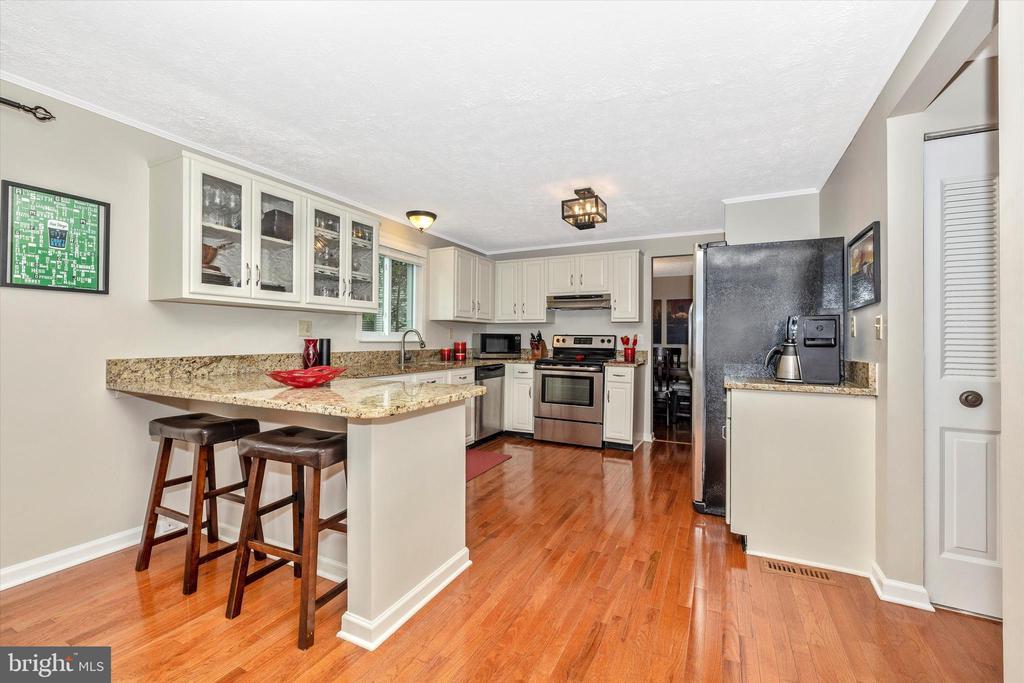 Kitchen w/Breakfast Counter - 18312 AMBER MEADOWS CT, GAITHERSBURG