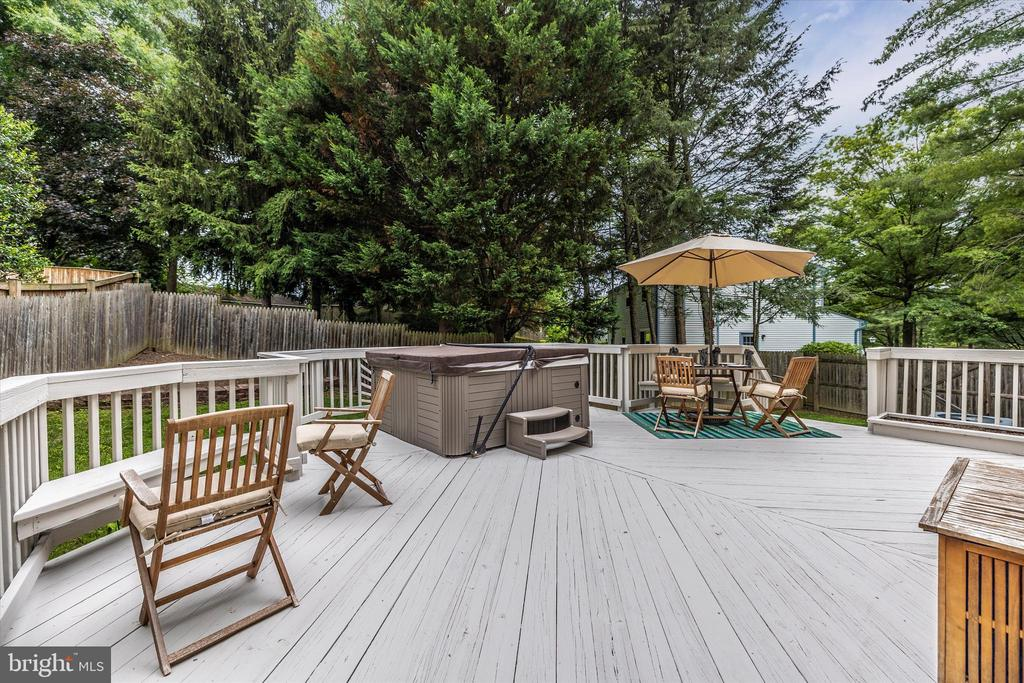 Large Deck (Freshly Stained) w/Hot Tub INCLUDED!! - 18312 AMBER MEADOWS CT, GAITHERSBURG