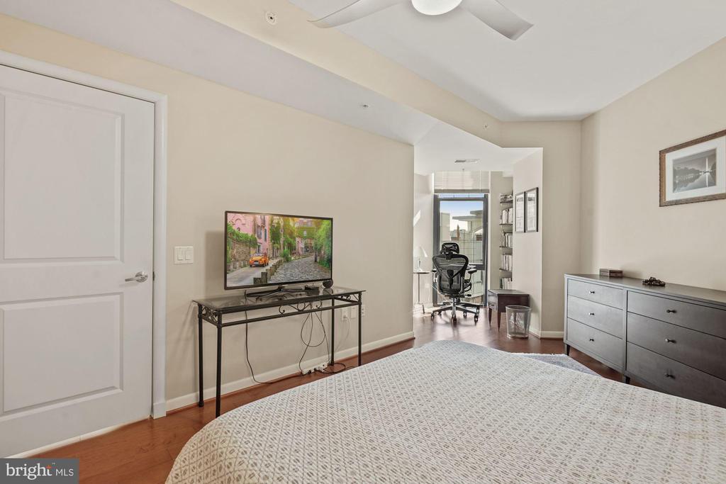 Master Bedroom w/ floor to ceiling window. - 1021 N GARFIELD ST #731, ARLINGTON