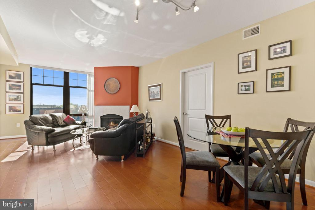Living room w/ floor to ceiling windows. - 1021 N GARFIELD ST #731, ARLINGTON