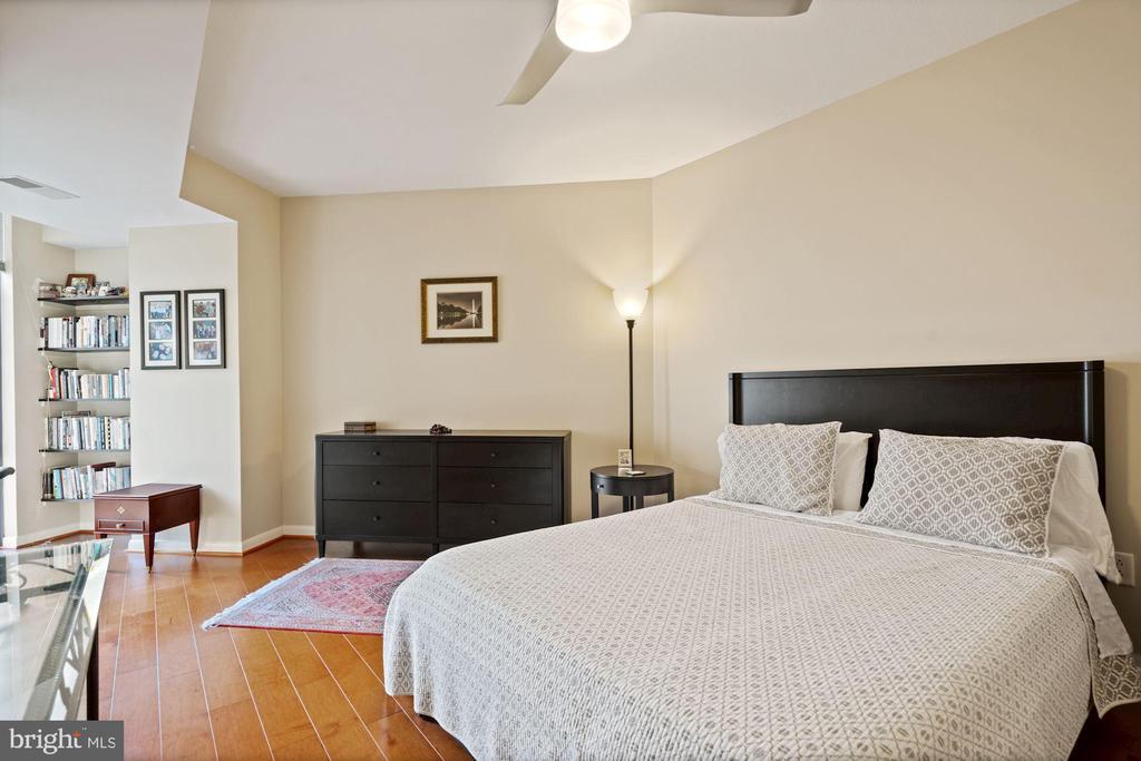 Master Bedroom with beautiful wood floors. - 1021 N GARFIELD ST #731, ARLINGTON