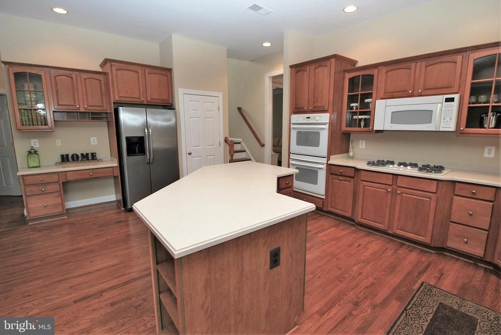 Gourmet kitchen with large center prep island - 22554 FOREST RUN DR, ASHBURN