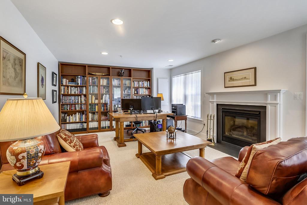 Office and library with built in book cases - 8619 TERRACE GARDEN WAY, BETHESDA