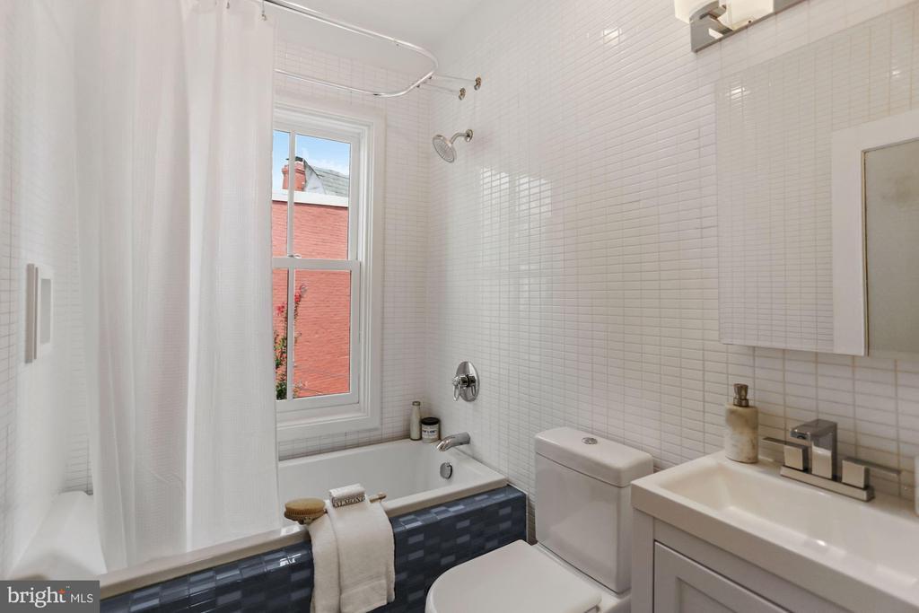 Modern tiled hall bath w/deep soaking tub - 1838 VERMONT AVE NW, WASHINGTON