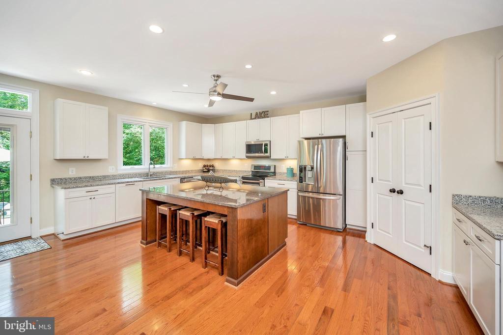 fullly equipped granite counter kitchen - 108 BEACHSIDE CV, LOCUST GROVE