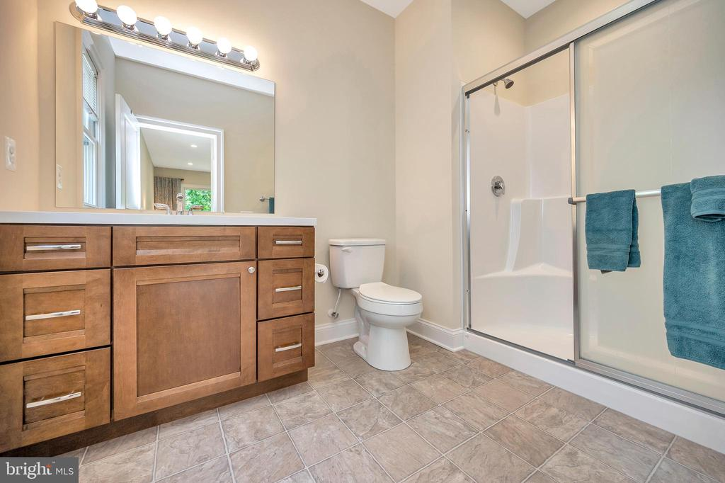 upper level master walk in shower bath - 108 BEACHSIDE CV, LOCUST GROVE