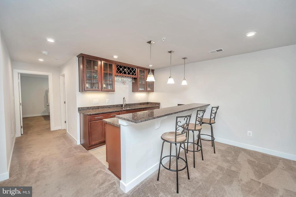 Wet bar with wine refrigerator - 17152 BELLE ISLE DR, DUMFRIES
