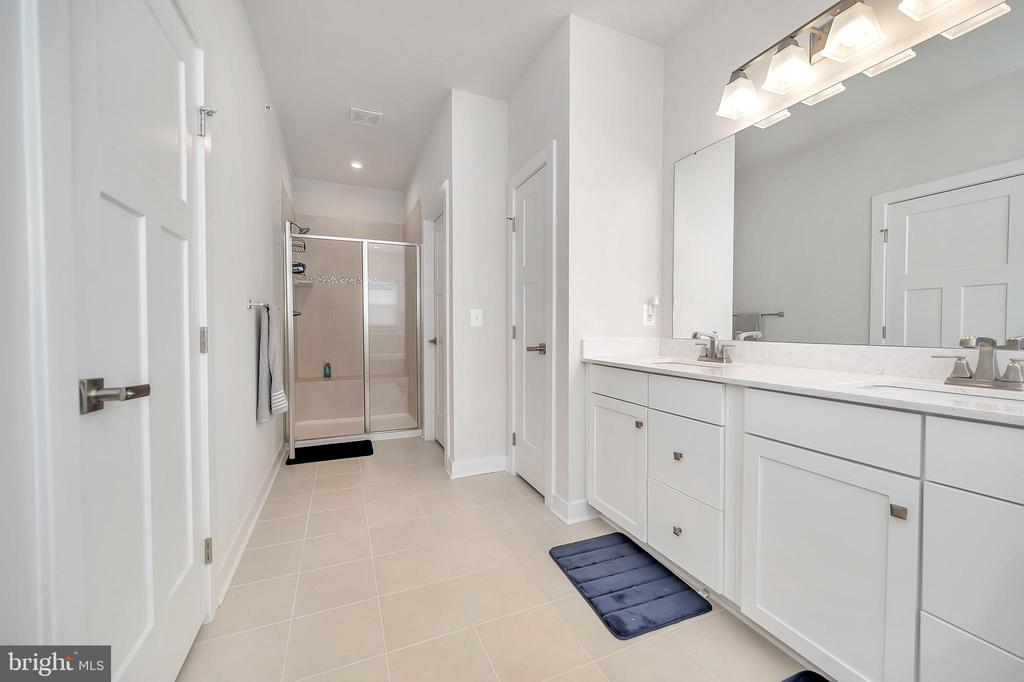 Large ensuite with separate shower & soaking tub - 17152 BELLE ISLE DR, DUMFRIES