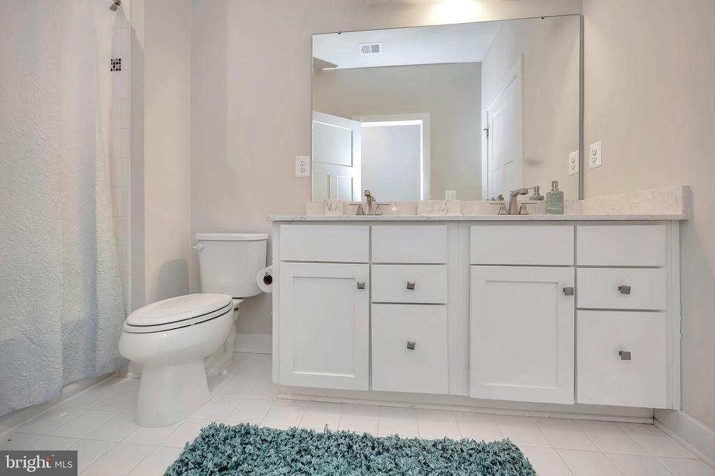 Upper-level Full Bath (hall) with full linen close - 17152 BELLE ISLE DR, DUMFRIES