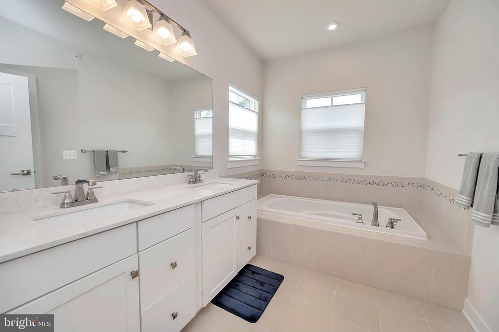 Double sinks & soaking tub - 17152 BELLE ISLE DR, DUMFRIES