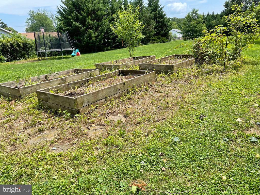 Raised vegetable garden beds - 410 S NURSERY AVE, PURCELLVILLE