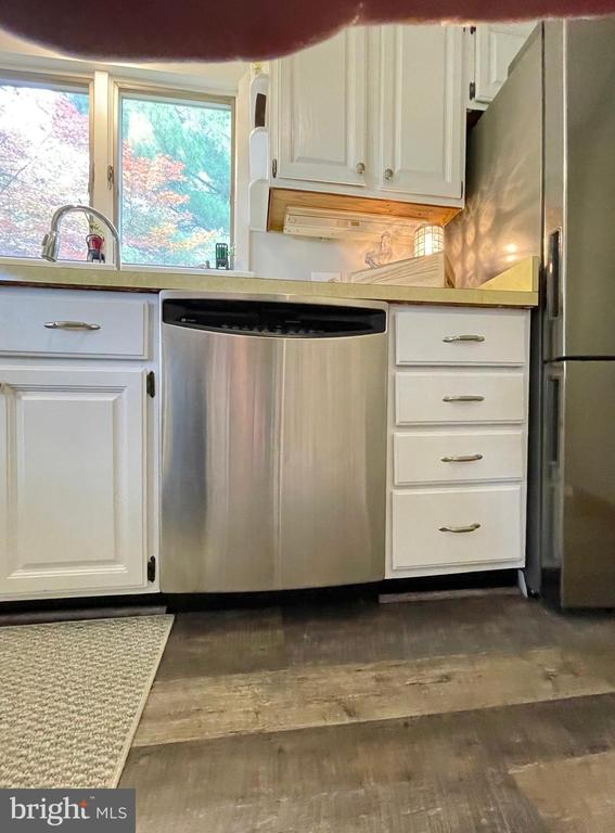 Stainless s steel dishwasher - 410 S NURSERY AVE, PURCELLVILLE