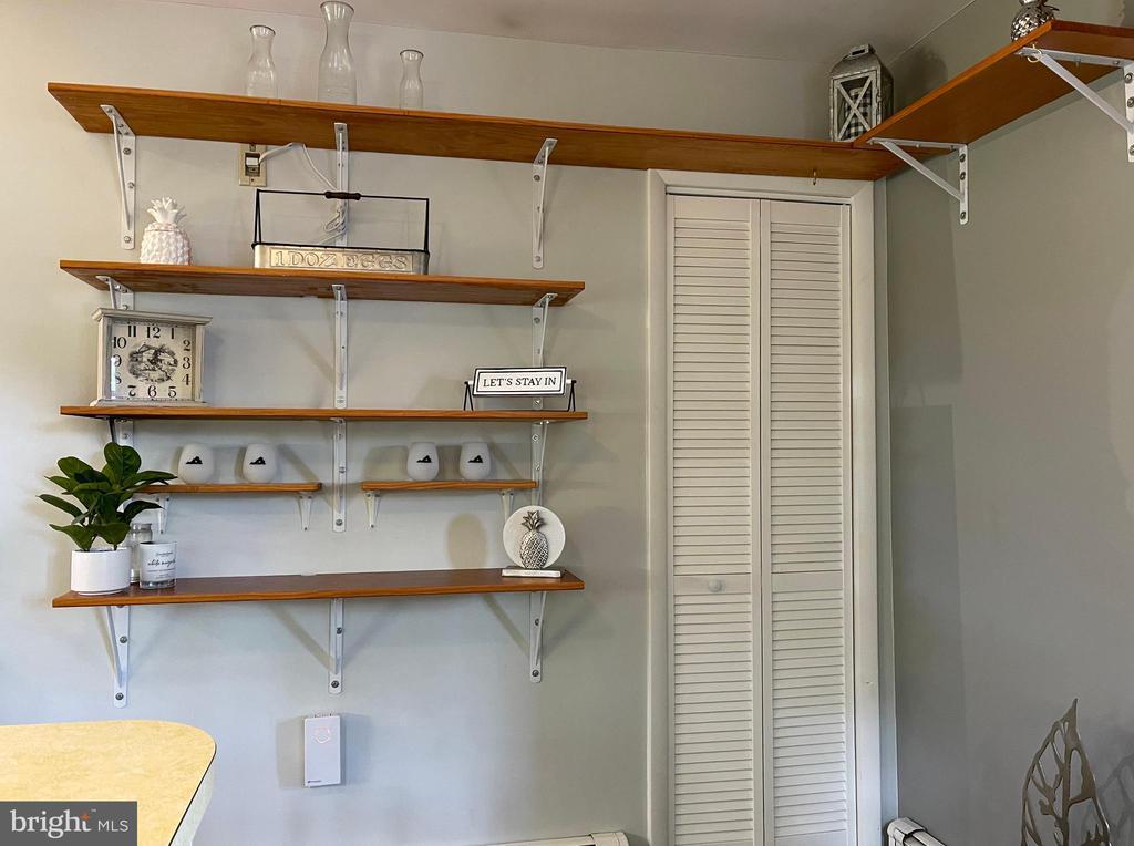 Kitchen shelving - 410 S NURSERY AVE, PURCELLVILLE