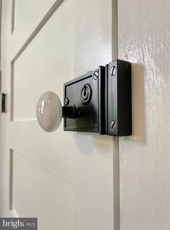 Original door knob - 410 S NURSERY AVE, PURCELLVILLE