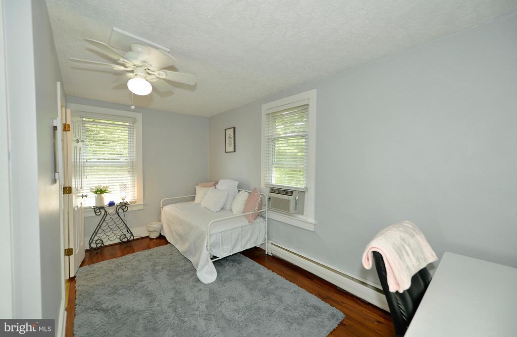 Second bedroom is an en-suite - 410 S NURSERY AVE, PURCELLVILLE