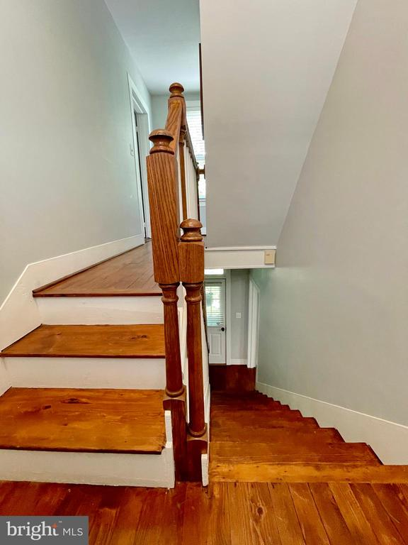 Hardwood stairs - 410 S NURSERY AVE, PURCELLVILLE